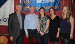 De jubileumcommissie bestaande uit v.l.n.r. Kees Diepeveen en Jan Nieuwenhuize en de dames van de feestcommissie v.l.n.r. Anique Diepeveen, Nienke van de Burg en Daisy van Ek