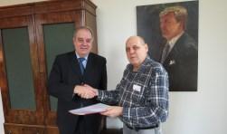 Burgemeester Bas Verkerk neemt de handtekeningen in ontvangst.