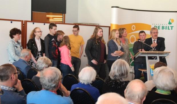 De duim van spreekstalmeester Anne Doedens gaat terecht omhoog voor de Groenhorst-jongeren en hun begeleidster Monique Neppelenbroek.