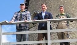 nemen en snel op bezoek te komen'.    Ingrid Friesema en Gijs Hasselbach, samen met burgemeester Sjoerd Potters op de omloop van de Geesina.