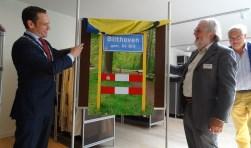 Door de onthulling van het kombord 'Bilthoven' door burgemeester Sjoerd Potters met Rob Herber van de Historische Kring wordt de tentoonstelling 100 jaar Bilthoven officieel geopend.