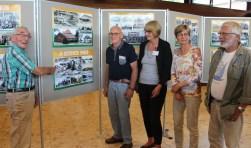 Hans de Groot wijst zijn collegae-leden van de Historische Kring (v.l.n.r. Marcel Jansen, Ellen Drees, Wilma Storimans en Coos Koenen) op de plek in Bilthoven, waar hij is geboren.