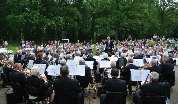 Op de voorgrond het Senioren Harmonie Orkest, o.l.v. Ton van Overdam, met het massaal toegestroomde publiek op de achtergrond.