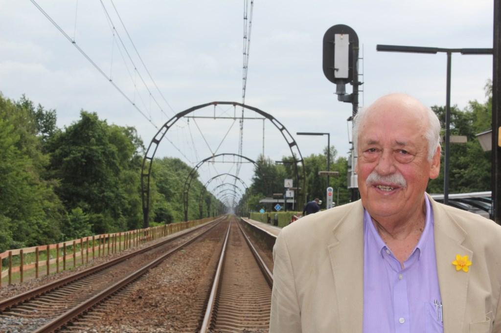 Rob Klaassen bij de unieke spoorbogen, die opgenomen zijn als rijksmonument.  © De Vierklank