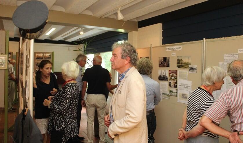 Wijkwethouder Ebbe Rost van Tonningen toont grote belangstelling