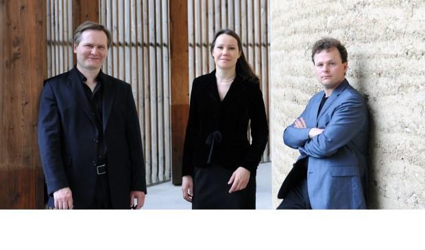 Een van de deelnemende duo's: Alexander Buskermogen en Jorinde van den Thillart piano/viool met links Misha Fomin.