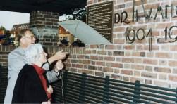 Burgemeester Haninxma thoe Slooten onthult een nieuwe plaquette op de bank op het Vinkenplein ter nagedachtenis aan dr. Melchior