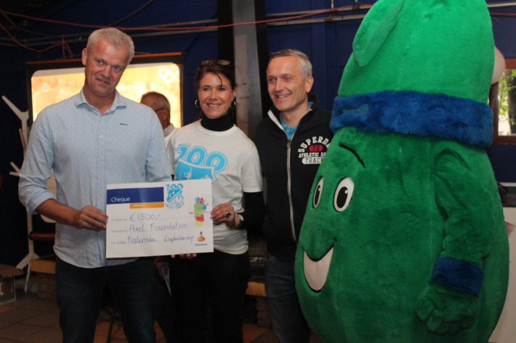 V.l.n.r. Robin van Galen. Nelly Oelderik, Danny Drieënhuizen en mascotte Victor zijn dankbaar en blij met de cheque van 1500 euro.  © De Vierklank