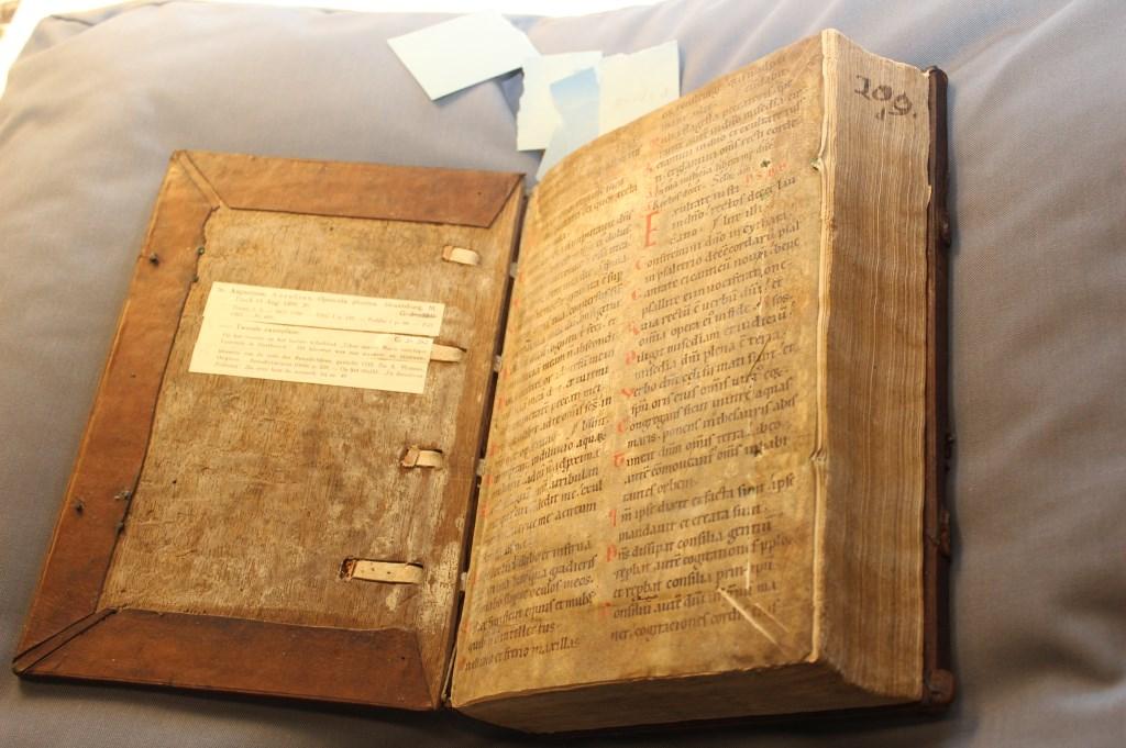 Twaalfde-eeuws schutblad van boek uit de Bibliotheek van Oostbroek.