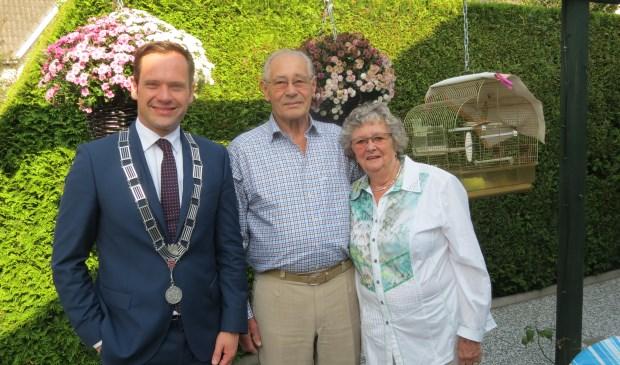 Burgemeester Sjoerd Potters met het diamanten bruidspaar.