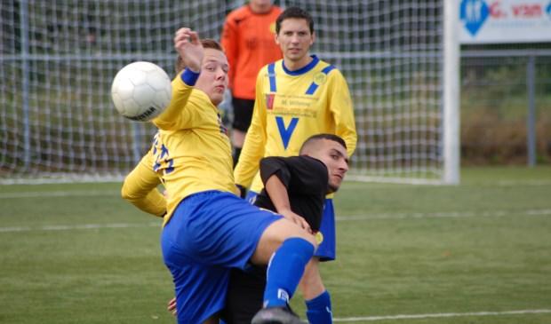 Inval-doelman Frank van Klaren geniet van de bal-veroverende inzet van Chester Kemp en Jorn Brefeld.