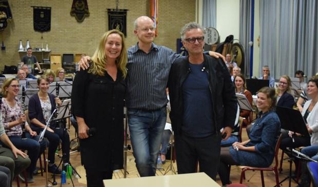 V.l.n.r. Angela Groothuizen, Vincent van den Bijlaard (dirigent) en muzikaal begeleider Nico.