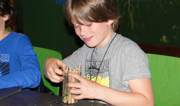 Kinderen maken een insectenhotel.