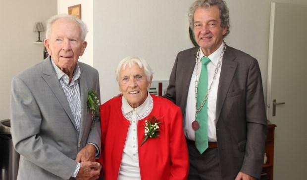 Het bruidspaar en locoburgemeester Ebbe Rost van Tonningen