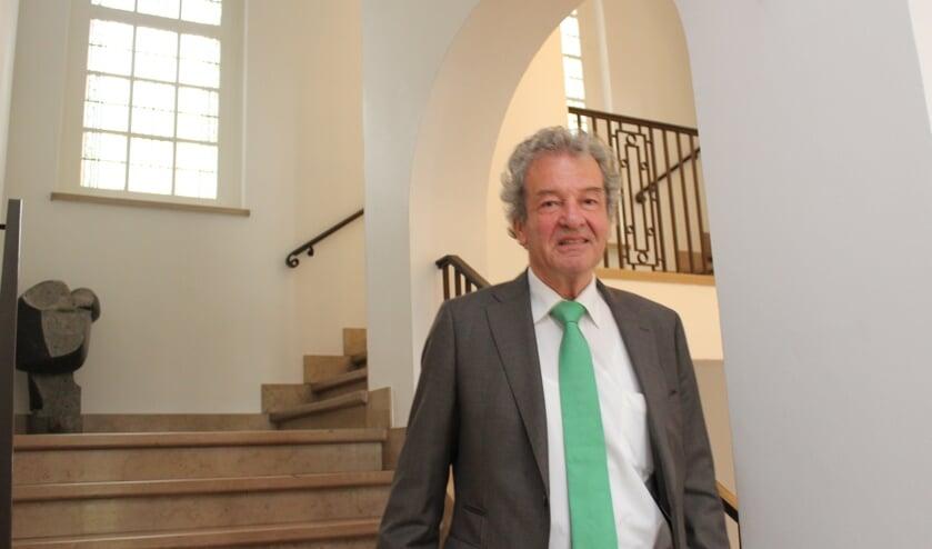 Ebbe Rost van Tonningen in het gemeentehuis van De Bilt op weg naar zijn werkkamer.