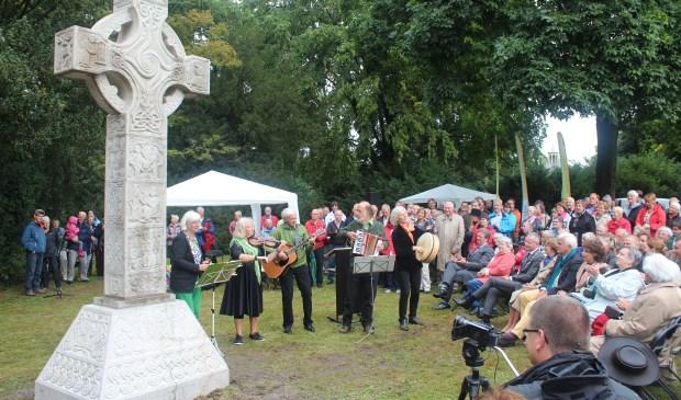 In het van Boetzelaerspark in De Bilt werd 14 september 2013 onder grote belangstelling het Iers Hoogkruis onthuld. Het kruis staat symbool voor de geschiedenis van De Bilt dat toen zijn 900-jarig bestaan vierde.