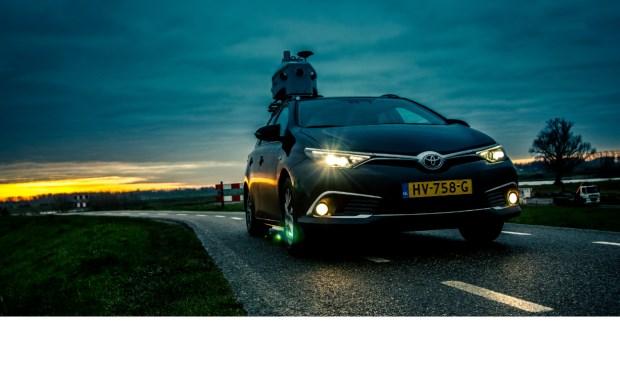 Met laserapparatuur op een auto wordt de omgeving in kaart gebracht.