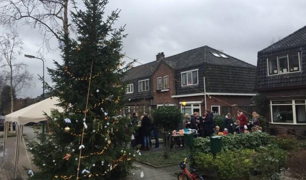 Buurtborrel bij de grote kerstboom op de Waterweg.
