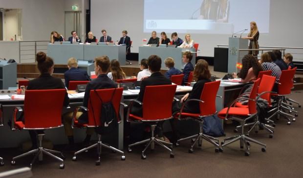 63 leerlingen uit de provincie Utrecht gaan met elkaar het debat aan.