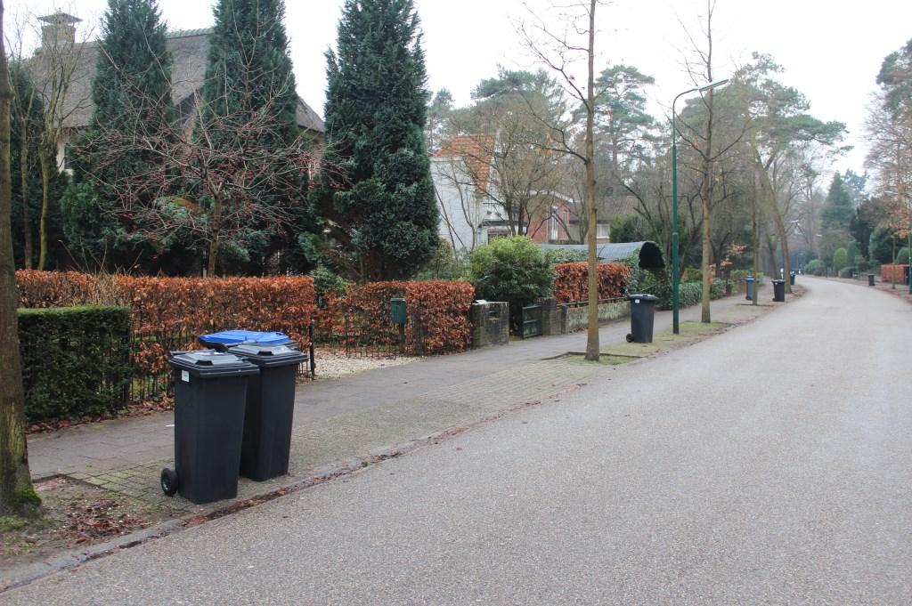 Op de Bilderdijklaan in Bilthoven werd zaterdag 6 januari zowel restafval als papier ingezameld.  © De Vierklank