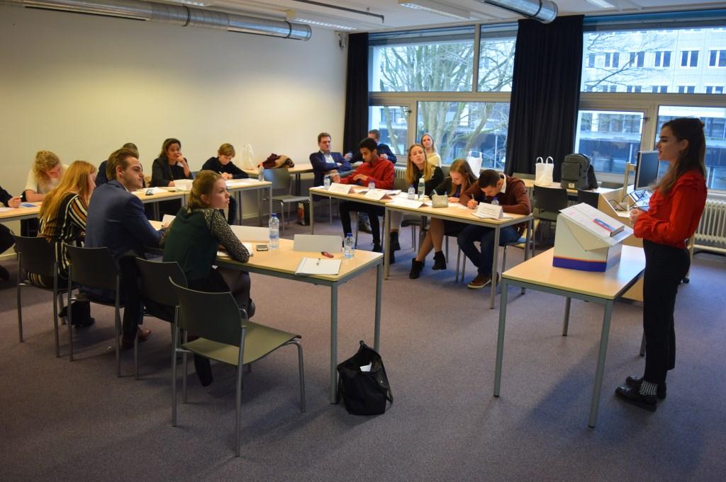 Werkers Hanne, Liselotte, Olivier en Jade in debat met leerlingen van het Haarlemmermeer Lyceum   © De Vierklank