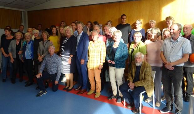 Els Roozenbeek samen met haar man Herme te midden van collega's en vele oud-collega's.