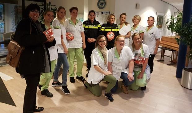 Dinsdag 2 oktober om 8.00 uur startte men bij Schutsmantel. Links Annemarie Hoornsman, directeur basisschool Wereldwijs.
