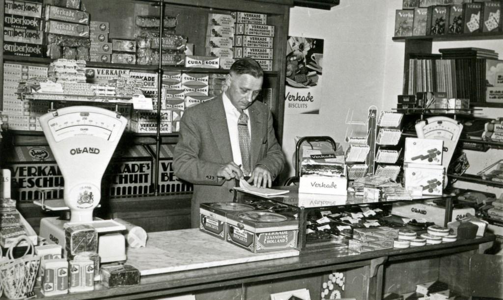 Aart Veldhuizen in de winkel aan de Julianalaan 57 (foto Hist. Kring De Bilt)  © De Vierklank