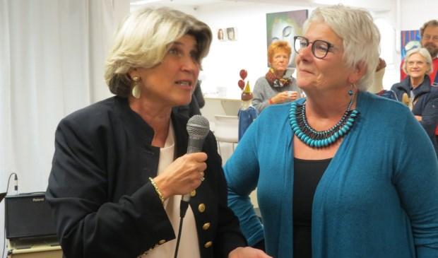 Wethouder Madeleine Bakker met voorzitter Joke van der Molen.  © De Vierklank