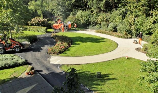 Er wordt druk gewerkt aan de verharding van het tuinpad. (foto Wim Westland).