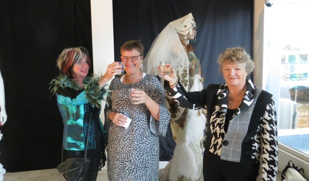 V.l.n.r. Gea Schonewille, wethouder Anne Brommersma en Trudie van Haaster brengen een toost uit.