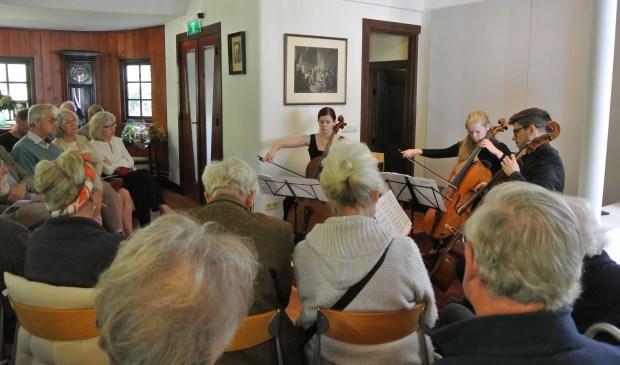 Belangstellenden genieten van de Cello Company.