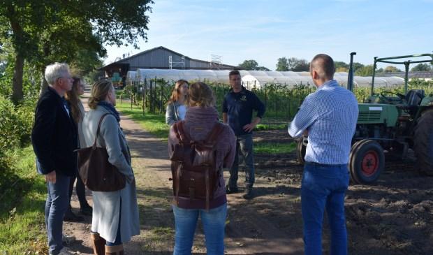 Medewerkers RIVM in gesprek met de eigenaren van zorgboerderij Nieuw Toutenburg.