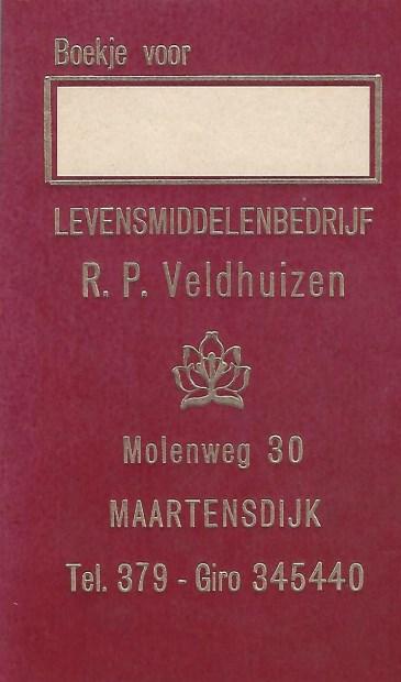 Zoon Piet Veldhuizen heeft nog een blanco exemplaar van het kruideniersboekje waarin de veelal Maartensdijkse klanten wekelijks hun bestellingen opschreven; het ingevulde boekje werd dan door zijn vader Roelof opgehaald, waarna de boodschappen later weer thuis werden bezorgd.