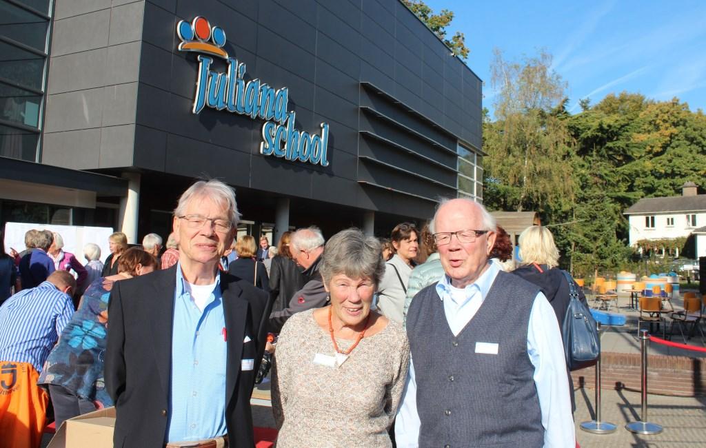 V.l.n.r. broer Cok Veldhuizen en zus Antje Veldhuizen vergezelden Henk Veldhuizen naar de reünie in Bilthoven van hun oude school; allen behorend tot de groep van 1918 tot 1975.    © De Vierklank