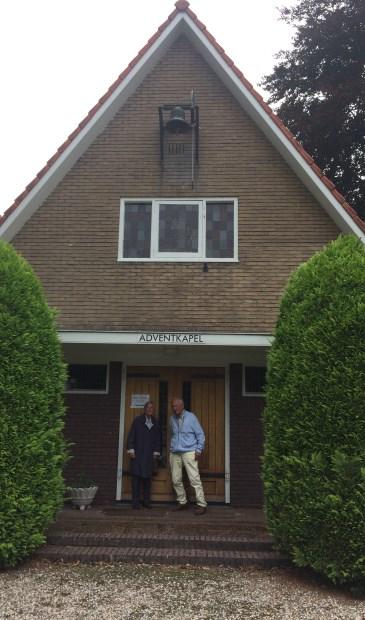 Hiety Grimm en Henk Veenstra voor hen zo geliefde Adventskapel.