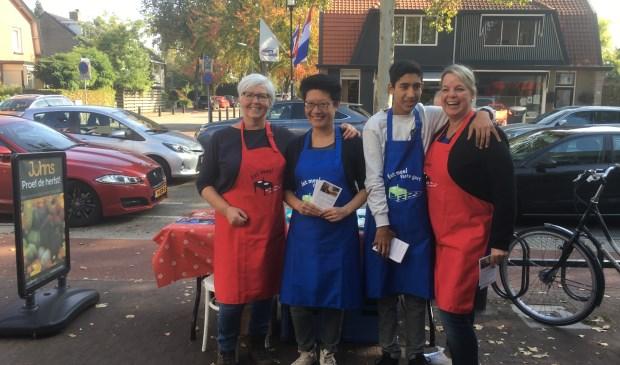 Eet Mee vraagt aandacht voor de crowdfunding-campagne in De Bilt. Jl. zaterdag stonden v.l.n.r. Annelies Kastein, Kim Kui, Robert Kalverda en Angelique Kalverda met een stand op de Hessenweg.