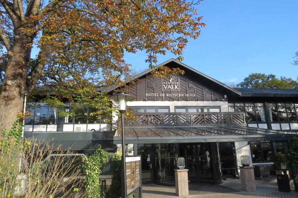 De uitnodigende hoofdingang van De Biltsche Hoek op een zonnige herfstdag.