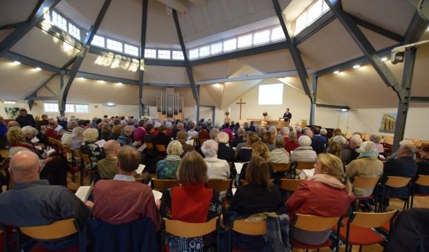 Een volle centrumkerk luistert naar het verhaal van burgemeester Potters.