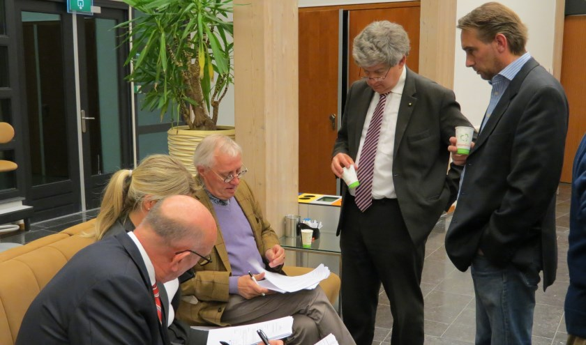 In een van de vele schorsingen overlegt de VVD-fractie.