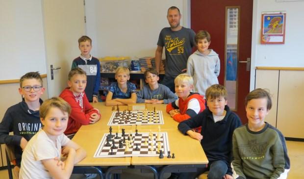 De schaakkampioenen van de Julianaschool met hun begeleider Jeroen Bosch. [foto Guus Geebel]