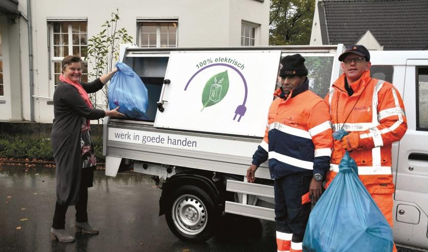 Wethouder Anne Brommersma, Kidane en Roy bij de elektrische auto van Biga Groep. (foto: Lisette Brenkman)