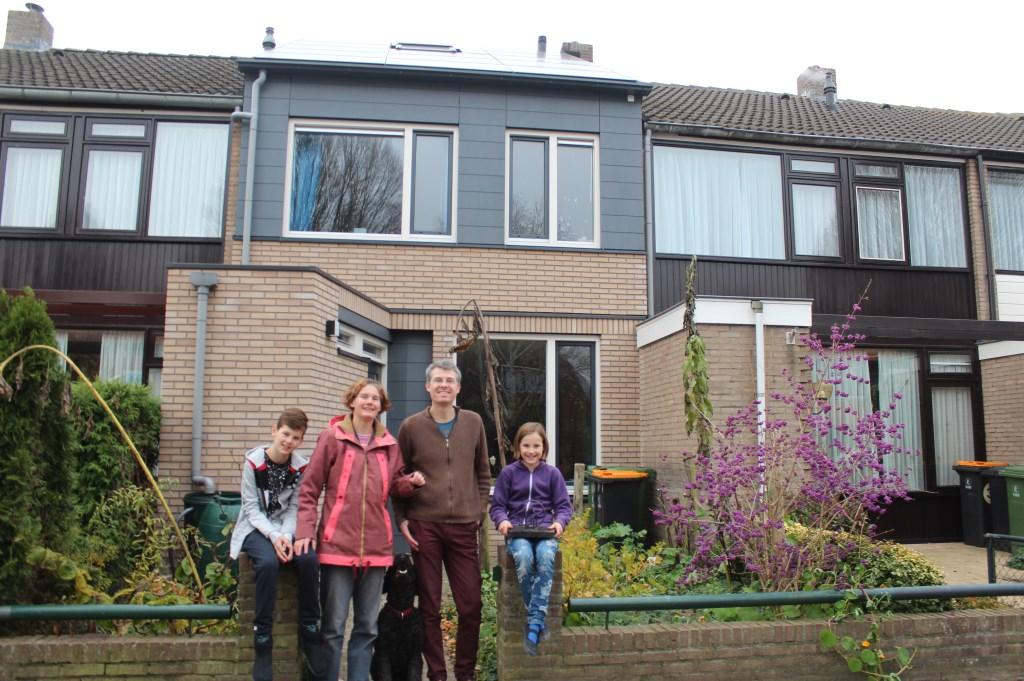 Jochen en Mirjam Pierik met op de flanken hun kinderen voor het duurzaamste huis.  © De Vierklank