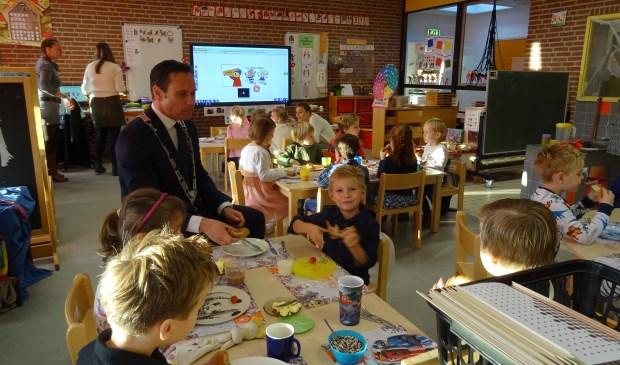 Burgemeester Sjoerd Potters genoot zichtbaar van het ontbijt met de kids van groep 1 en 2.
