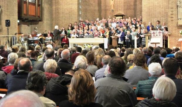 Een goed gevulde kerk beleeft de revival mee