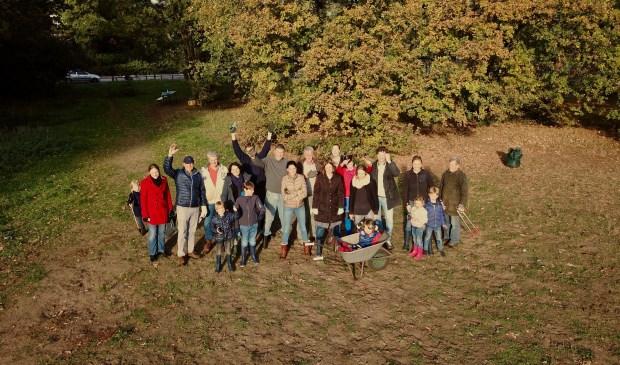 De actieve bewonersgroep van het Biltsche Meertje is klaar om aan de slag te gaan. (foto Jan-Willem Nieuwenhuys)  © De Vierklank