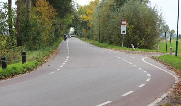 De afsluiting tijdens de spits van de Korssesteeg in Westbroek wordt stelselmatig genegeerd. [foto Henk van de Bunt]