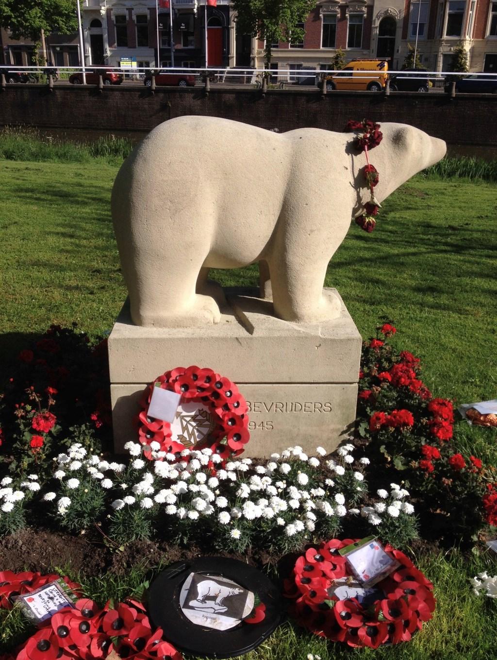 Het Polar Bear Monument in de bloemen tijdens een herdenking in 2015. (foto Marie-José Wessels)  © De Vierklank