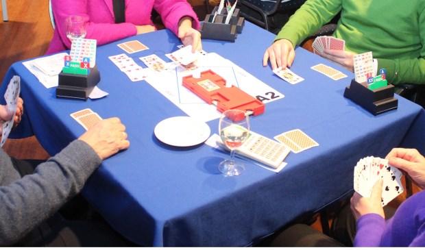 Het bridgespel wordt gespeeld met 52 kaarten door vier personen.