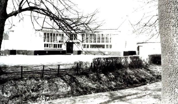 De in 2005 afgebroken Openbare Basisschool aan de Dorpsweg 51 te Maartensdijk. [foto uit digitale verzameling van Rienk Miedema]  © De Vierklank